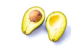 Avocado, besnoeiing in de helft Stock Afbeeldingen