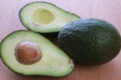 Avocado bonkrety, dwa bonkrety jeden przekrawającej Fotografia Royalty Free