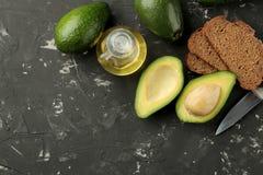 Avocado, boter, brood ingrediënten voor het maken van avocadosandwiches Op een donkere achtergrond Mening van hierboven Met ruimt royalty-vrije stock foto