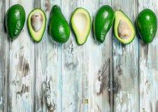 Avocado cały i rżnięty z kością obraz stock