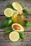 Avocado, calce, olio d'oliva e spezie sui vecchi precedenti di legno Fotografie Stock Libere da Diritti