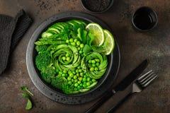 Avocado, cetriolo, broccoli, asparago ed insalata dei piselli dolci, fre Fotografia Stock Libera da Diritti