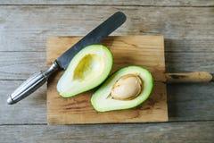 Avocado cięcie w połówce na drewnianym stole Zdjęcie Royalty Free