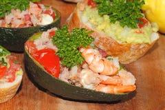 Avocado, ciabatta, Guacamole, Garnele, Thunfisch, Tomatensalat Stockbild