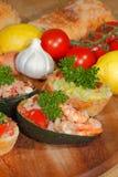 Avocado, ciabatta, Guacamole, Garnele, Thunfisch, Tomatensalat Lizenzfreie Stockfotos
