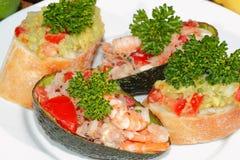 Avocado, ciabatta, Guacamole, Garnele, Thunfisch, Tomatensalat Stockfoto