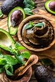Avocado czekoladowy mousse w oliwnym drewnianym pucharze Fotografia Royalty Free