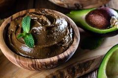 Avocado czekoladowy mousse w oliwnym drewnianym pucharze Zdjęcie Royalty Free