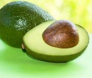Avocado in de helft Royalty-vrije Stock Afbeeldingen
