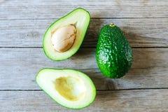 Avocado in de helft en één geheel wordt gesneden dat Royalty-vrije Stock Afbeelding