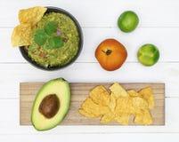Avocado del guacamole con la vista superiore dell'alimento messicano dei chip Fotografia Stock Libera da Diritti