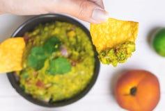 Avocado del guacamole di raccolto con la disposizione messicana del piano dell'alimento dei chip Fotografie Stock