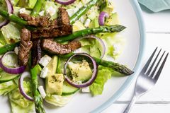 Avocado della bistecca ed insalata dell'asparago immagine stock libera da diritti