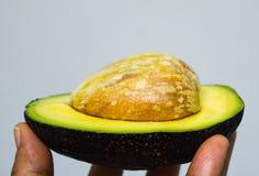 Avocado in der Hand Lizenzfreie Stockbilder