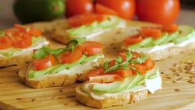 Avocado dichte omhooggaand op de keuken stock footage