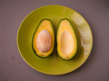 Avocado divisi in due su fondo di legno Fotografia Stock Libera da Diritti
