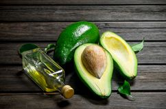 Avocado e olio di avocado fotografia stock libera da diritti