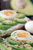 Avocado e uova sode Fotografie Stock Libere da Diritti