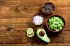 Avocado ed altri ingredienti per la vista superiore del guacamole della salsa fotografia stock
