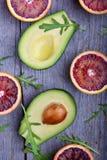 Avocado ed arance (sanguinose) rosse con la rucola Immagine Stock