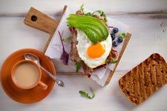 Avocado, ei en baconsandwich Gebraden ei en avocado op toost Panini Gezond smakelijk voedsel voor ontbijt of brunch stock afbeeldingen