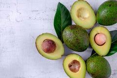Avocado en avocadobladeren stock afbeeldingen