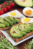 Avocado en ei op crackers Royalty-vrije Stock Afbeelding
