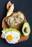 Avocado-Frühstücks-Sandwiche Stockfotos