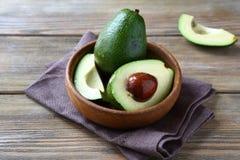 Avocado ganz und Hälften Stockbild