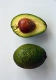 Avocado Ganzes und Hälfte mit Samen stockfotos