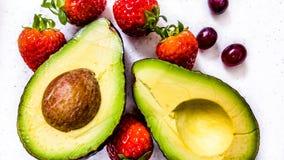 Avocado geschnitten in halbe Nahaufnahme 2 Lizenzfreie Stockfotografie