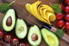 Avocado geschnitten mit Mango- u. Kirschtomaten Stockfoto