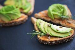 Avocado gezond ontbijt op toostbrood Stock Afbeeldingen