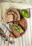 Avocado grzanka na bezpłatnym chlebie, nieociosany tło guacamole Zdjęcia Royalty Free