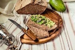 Avocado grzanka na bezpłatnym chlebie, nieociosany tło guacamole Fotografia Stock