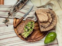 Avocado grzanka na bezpłatnym chlebie, nieociosany tło guacamole Zdjęcia Stock