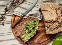 Avocado grzanka na bezpłatnym chlebie, nieociosany tło guacamole Obraz Royalty Free