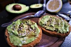 Avocado grzanka, zasięrzutna viewy avocado kanapka na grzance zdjęcie stock