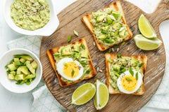 Avocado grzanki, zdrowa przekąska obrazy stock