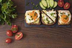Avocado grzanki Zdrowy Śniadaniowy Odgórny widok Domowej roboty kanapka Z Avocado, jajka, Czereśniowy pomidor I ogórki Na Drewnia Zdjęcie Royalty Free