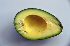 Avocado halb ohne Samen stockfotos