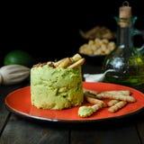 Avocado Hummus mit Mini-grissini, Stillleben lizenzfreies stockbild