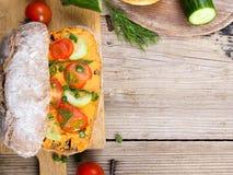Avocado i jajeczna kanapka na drewnianym tle Zdjęcie Royalty Free
