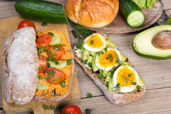 Avocado i jajeczna kanapka na drewnianym tle Obraz Royalty Free
