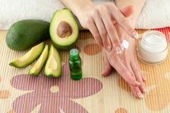 Avocado i ręki Obrazy Stock