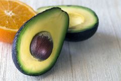 Avocado im Schnitt Exotische geschmackvolle und gesunde Frucht Familien-Lorbeer Richtige Nahrung Nahaufnahme stockfotografie
