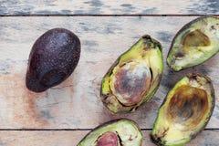Avocado jest przegniły na drewnianym Zdjęcia Stock