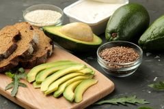 Avocado, kaas, brood ingrediënten voor het maken van avocadosandwiches Op een donkere achtergrond royalty-vrije stock fotografie