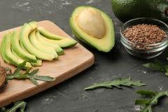 Avocado, kaas, brood ingrediënten voor het maken van avocadosandwiches Op een donkere achtergrond royalty-vrije stock afbeeldingen