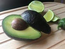 Avocado, kalk en jalapeño royalty-vrije stock foto's